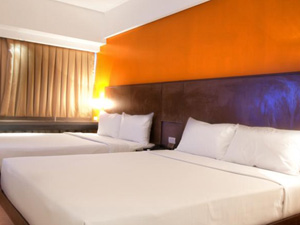 preview Resorts World Manila Remington Hotel standard room with 2 queen beds