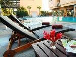 Abloom Exclusive Serviced Apartments Bangkok pool and loungers
